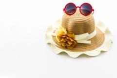 Sombrero tejido, con las gafas de sol rojas fotografía de archivo libre de regalías