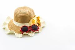 Sombrero tejido, con las gafas de sol rojas fotografía de archivo