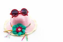 Sombrero tejido con las gafas de sol rojas fotografía de archivo