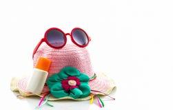 Sombrero tejido, con las gafas de sol rojas imagenes de archivo