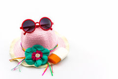 Sombrero tejido, con las gafas de sol rojas Foto de archivo libre de regalías