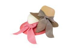 Sombrero tejido con rosado, beige y marrón, adornado con una corbata de lazo rosada Imágenes de archivo libres de regalías