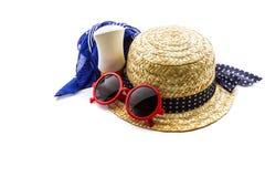 Sombrero tejido, gafas de sol rojas, bufanda con la loción del cuerpo Fotos de archivo