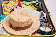 Sombrero tejido, ropa en maleta Imágenes de archivo libres de regalías
