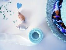 Sombrero, trenza y papel coloreado para la creatividad hecha a mano Imagen de archivo