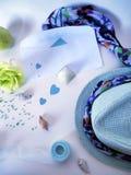 Sombrero, trenza y papel coloreado para la creatividad hecha a mano Fotografía de archivo