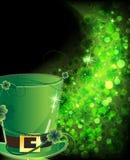 Sombrero verde y trébol brillante Imagenes de archivo