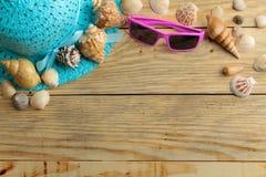 Sombrero, vidrios y cáscaras del concepto del viaje en una tabla de madera natural Relajación holidays Visión superior Espacio li imagen de archivo libre de regalías