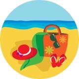 Sombrero y bascket del verano en fondo de la playa Imagen de archivo