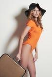 Sombrero y bikini de la muchacha con la maleta Imagen de archivo libre de regalías