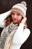 Sombrero y bufanda dirigidos bastante rojos del pom del pom de la muchacha que llevan Foto de archivo libre de regalías