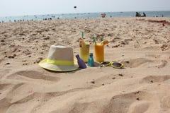 sombrero y c?cteles en la arena foto de archivo libre de regalías