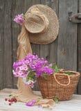 Sombrero y cesta Foto de archivo libre de regalías