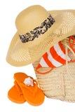 Sombrero y cesta de paja para la playa Imagen de archivo