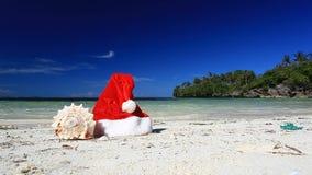 Sombrero y concha marina de Santa Claus en la playa del Caribe almacen de video