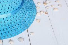 Sombrero y conchas marinas de paja en fondo de madera Foto con el lugar para el texto Fotos de archivo