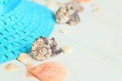 Sombrero y conchas marinas de paja en fondo de madera Foto con el lugar para el texto Imagenes de archivo