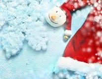 Sombrero y copo de nieve de Papá Noel de la Navidad en fondo azul Fotos de archivo libres de regalías