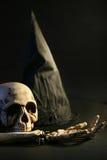 Sombrero y cráneo de Víspera de Todos los Santos Imagen de archivo