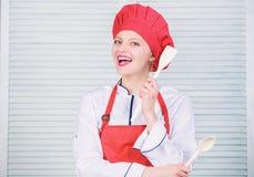 Sombrero y delantal bonitos del desgaste del cocinero de la mujer Recetas deliciosas y f?ciles Las mejores recetas culinarias a i fotos de archivo libres de regalías