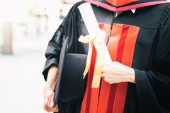 Sombrero y diploma, enhorabuena de la educación del concepto en universidad fotos de archivo