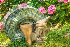 Sombrero y fumador protectores de la apicultura del vintage Fotos de archivo libres de regalías