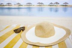 Sombrero y gafas de sol de Sun en la playa Imágenes de archivo libres de regalías