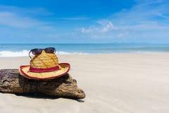 Sombrero y gafas de sol en la playa hermosa Foto de archivo libre de regalías