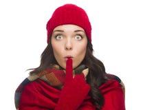 Sombrero y guantes del invierno de la mujer con los ojos abiertos de la raza mixta que llevan Foto de archivo libre de regalías