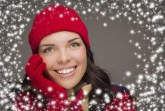 Sombrero y guantes del invierno de la mujer de Smilng que llevan con efecto de la nieve Fotografía de archivo