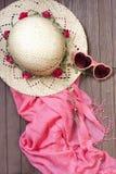 Sombrero y mantón de la playa en fondo de madera Fotografía de archivo libre de regalías