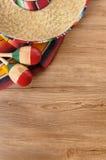 Sombrero y manta mexicanos en piso de madera de pino Imagenes de archivo