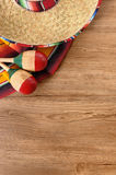Sombrero y manta mexicanos en piso de madera de pino foto de archivo