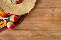 Sombrero y manta mexicanos en piso de madera de pino Fotografía de archivo