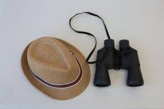 Sombrero y prismáticos Imagen de archivo libre de regalías