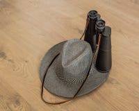 Sombrero y prismáticos como símbolos del viaje imagen de archivo