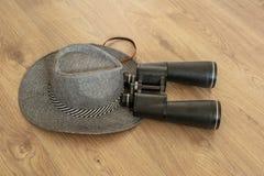 Sombrero y prismáticos como símbolos del viaje fotografía de archivo libre de regalías