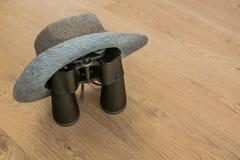 Sombrero y prismáticos como símbolos del viaje fotografía de archivo