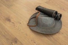 Sombrero y prismáticos como símbolos del viaje imagenes de archivo