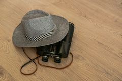 Sombrero y prismáticos como símbolos del viaje fotos de archivo libres de regalías