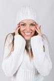 Sombrero y suéter blancos de la gorrita tejida del adolescente que llevan hermoso Imágenes de archivo libres de regalías