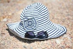 Sombrero y sunglases del verano Fotos de archivo