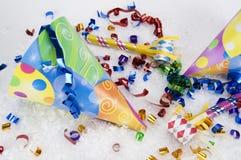 Sombreros amarillos del partido con la nieve blanca Fotos de archivo libres de regalías
