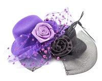 Sombreros antiguos púrpuras y negros de las señoras con la flor aislada fotografía de archivo