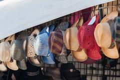 Sombreros brimmed anchos que cuelgan para la venta imagen de archivo libre de regalías