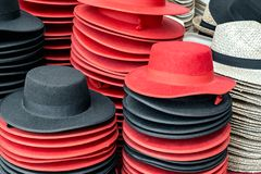 Sombreros coloridos de la tienda del español Imagen de archivo libre de regalías