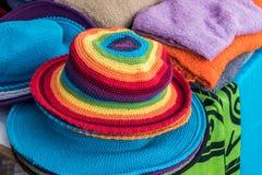 Sombreros coloridos en un mercado Fotos de archivo libres de regalías