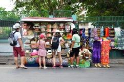 Sombreros de la compra de los turistas en la calle en Bangko Foto de archivo