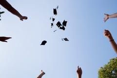 Sombreros de la graduación de High School secundaria Imágenes de archivo libres de regalías