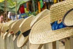 Sombreros de la playa del verano en la exhibición en el mercado del arte fotos de archivo